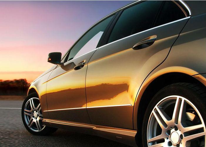 Immagine di un auto identificativa del pulsante batterie di avviamento per auto