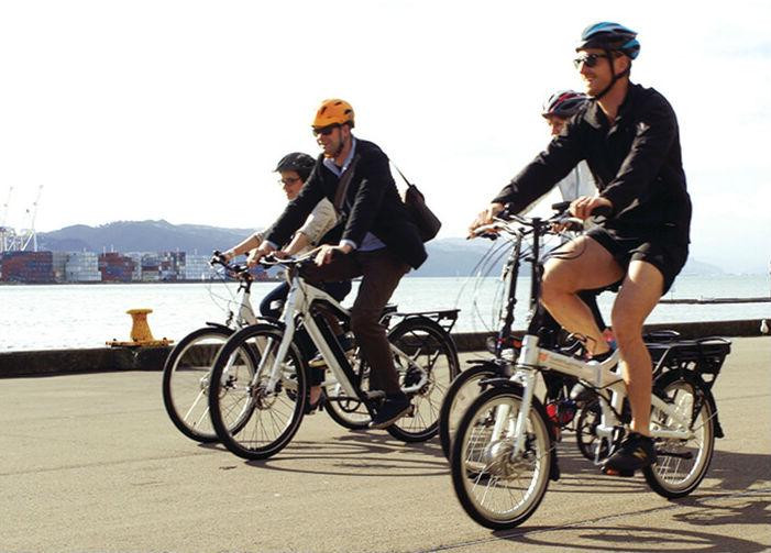 immagine di uomini in bicicletta elettrica rappresentativa il pulsante batterie per bici elettriche