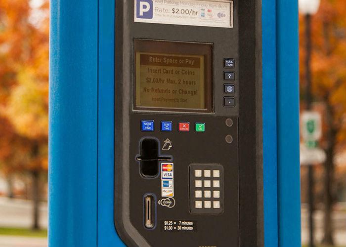 Immagine di un parcometro identificativa del pulsante pile, pacchi batterie e assemblati batterie per pacometri
