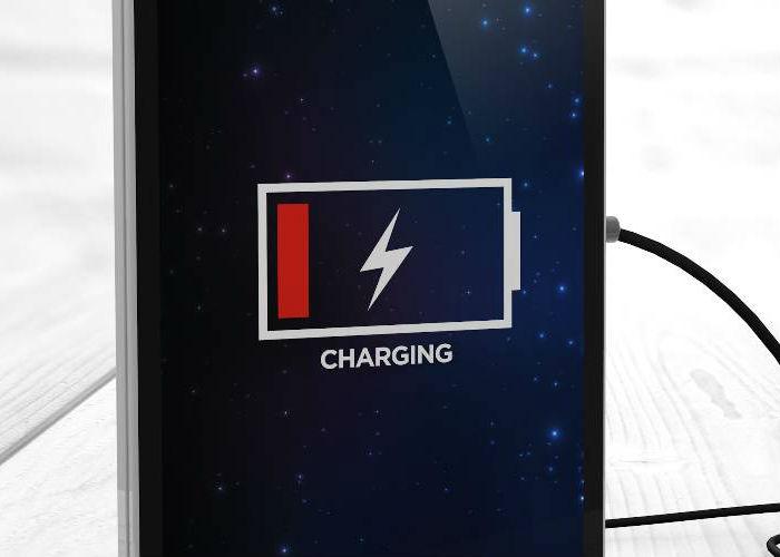 Immagine di uno smartphone in carica identificativa del pulsante carica batterie e avviatori carica batterie